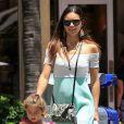 Exclusif - Le top brésilien Adriana Lima va déjeuner avec ses filles Sienna et Valentina à Miami, le 13 aout 2013.