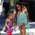 Exclusif -  Bele journée pour la jeune maman Adriana Lima qui va déjeuner avec ses filles Sienna et Valentina à Miami, le 13 aout 2013.