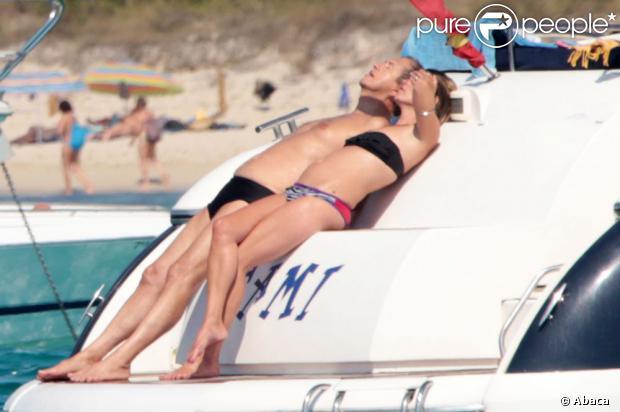 Kate Moss et Mario Testino en plein bain de soleil sur un yacht à Formentera. Le 16 août 2013.