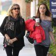 Exclusif - Olivia Newton-John et sa fille Chloe Rose Lattanzi se rendent chez le coiffeur à Santa Monica le 13 février 2013.