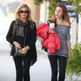 Exclusif - Olivia Newton-John et sa fille Chloe Rose Lattanzi à Santa Monica, le 13 février 2013.