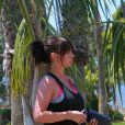 Exclusif - Jennifer Love Hewitt, enceinte, fait du sport dans un parc à Los Angeles, le 26 août 2013.