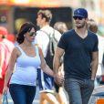 Jennifer Love Hewitt, enceinte, et son fiancé Brian Hallisay à New York le 23 août 2013.