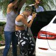 Miley Cyrus se rend dans une maison pour un photoshoot à Santa Monica, le 29 août 2013.