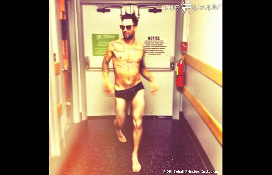 """Behati Prinsloo a posté sur Instagram cette photo de son fiancé Adam Levine en slip, avec en légende : """"Le porno des années 70 a appelé. Il veut récupérer sa vibe. Immédiatement."""""""