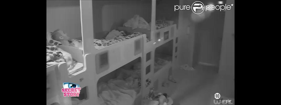 Julien (SS6) parle de Vincent face aux habitants de la chambre bleue, le 30 août 2013 sans Secret Story 7.