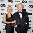Le maire de Londres Boris Johnson, nommé homme politique de l'année, pose avec Gillian Anderson lors des GQ Men of the Year Awards à la Royal Opera House. Londres, le 3 septembre 2013.