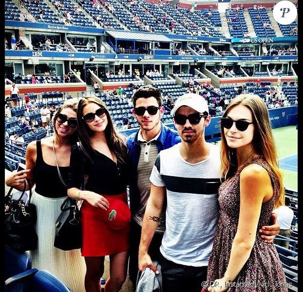 Nick Jonas et sa chérie Olivia Culpo posent avec Joe Jonas et sa compagne Blanda Eggenschwiler, à l'US Open le 3 septembre 2013.