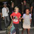 Angelina Jolie quitte les Etats-Unis avec ses enfants, Maddox, Shiloh, Pax, Zahara, Vivienne et Knox arrive, ici à Los Angeles, le 4 septembre 2013.