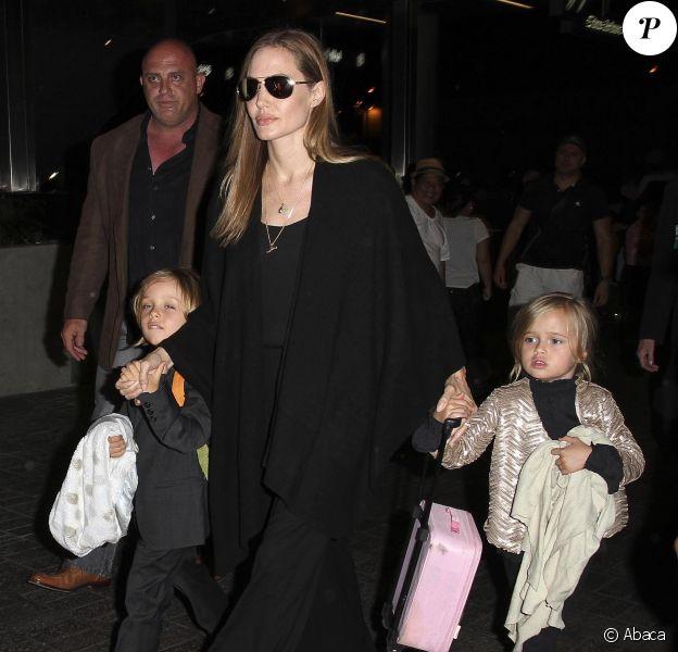 Angelina Jolie, ici avec les jumeux, quitte les Etats-Unis avec ses enfants, Maddox, Shiloh, Pax, Zahara, Vivienne et Knox arrive, ici à Los Angeles, le 4 septembre 2013.