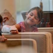 Suri Cruise, fière de son bras plâtré au salon de pédicure avec Katie Holmes