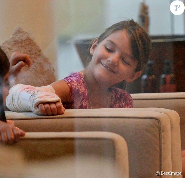 Katie Holmes emmène sa fille Suri, avec le bras dans le plâtre pour une séance de pédicure, à New York, le 7 septembre 2013.
