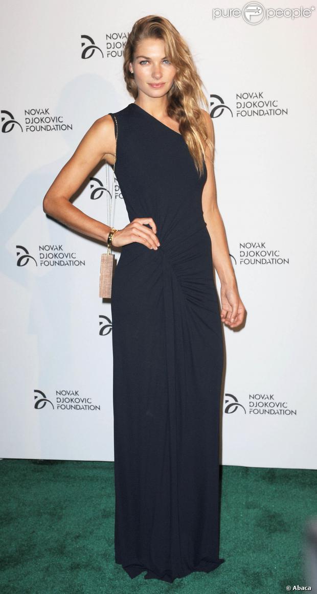 Jessica Hart en robe de soirée longue noire