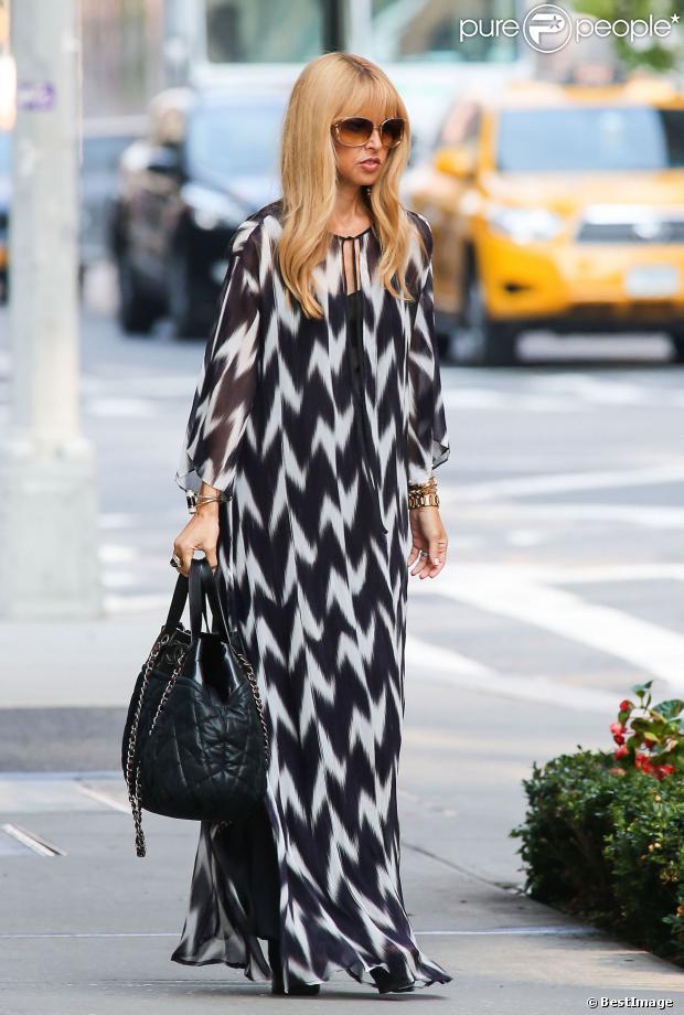 Rachel Zoe en robe imprimée à rayures zigzagantes noires et blanches