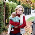 La mère de Katherine Heigl, Nancy, porte sa petite-fille adoptée à Los Angeles le 2 décembre 2012