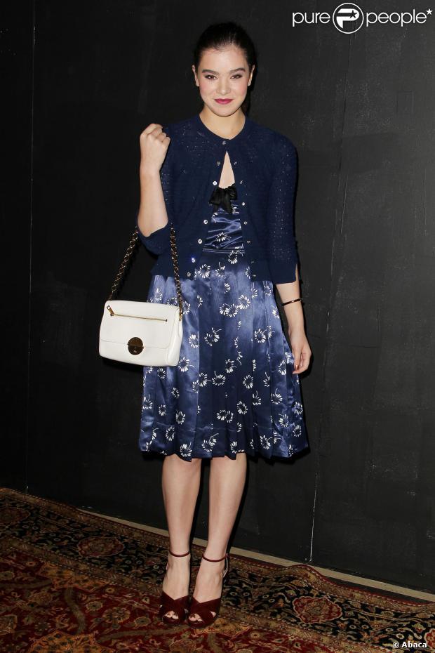 Hailee Steinfeld en petite robe bleue marine imprimé de motifs fleuris
