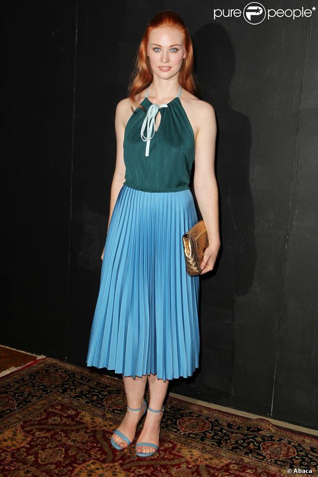 Deborah Anne Woll en robe à jupe plissée couleur turquoise
