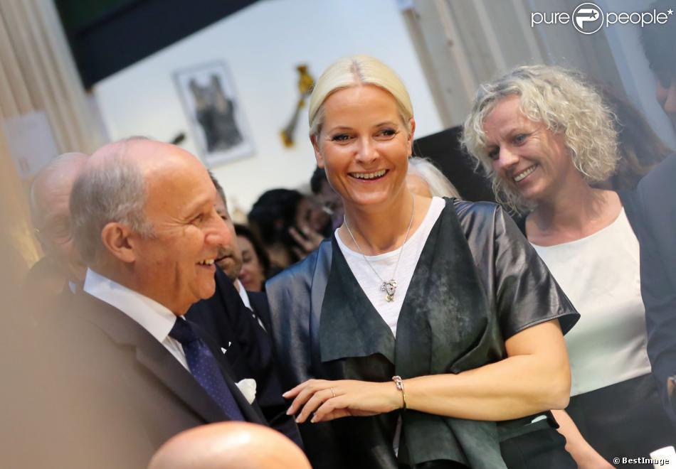 La princesse Mette-Marit de Norvège avec le ministre des Affaires Etrangères Laurent Fabius au Grand Palais à Paris le 11 septembre 2013 pour l'inauguration de la biennale d'arts créatifs, Révélations.