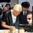 Une visiteuse méticuleuse... La princesse Mette-Marit de Norvège au Grand Palais à Paris le 11 septembre 2013 pour l'inauguration de la biennale d'arts créatifs, Révélations, en présence du ministre des Affaires Etrangères Laurent Fabius.
