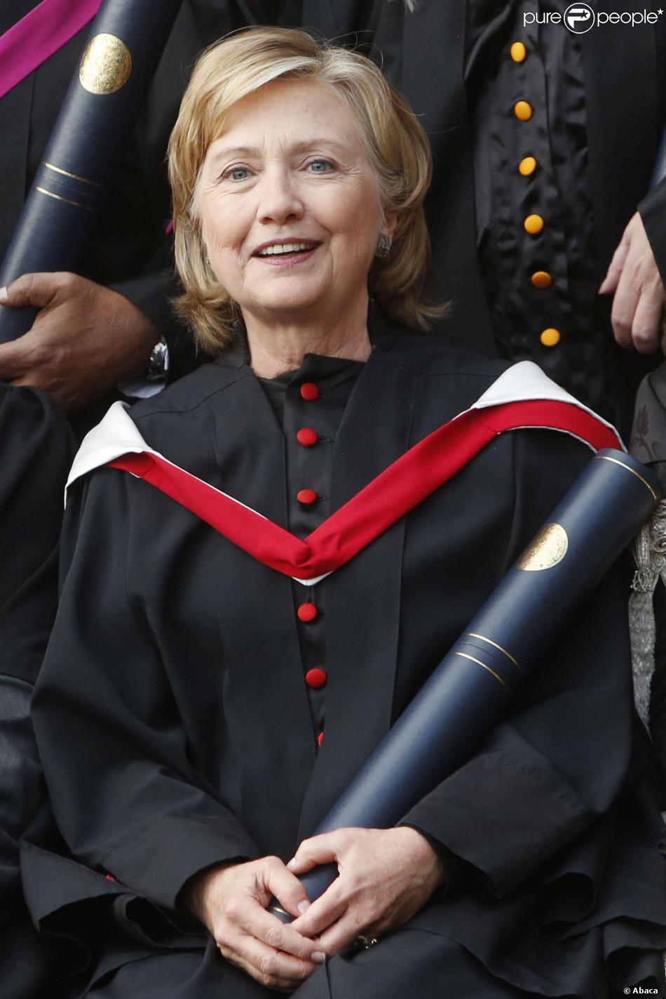 Hillary Clinton reçoit un diplôme honorifique à l'université de St Andrews en Ecosse le 13 septembre 2013.