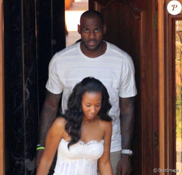 LeBron James et son épouse Savannah à la sortie de leur hôtel Grand Del Mar à San Diego après s'être mariés la veille, le 15 septembre 2013