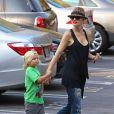 Gwen Stefani, enceinte, va chercher leur fils Zuma à la sortie de l'école à Los Angeles le 12 septembre 2013.
