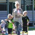 Gwen Stefani, enceinte, en compagnie de ses enfants Kingston et Zuma dans un parc à Santa Monica, le 15 septembre 2013.