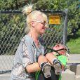 Gwen Stefani, enceinte, avec ses enfants Kingston et Zuma dans un parc à Santa Monica, le 15 septembre 2013. La chanteuse console son petit dernier blessé à la lèvre après une mauvaise chute.