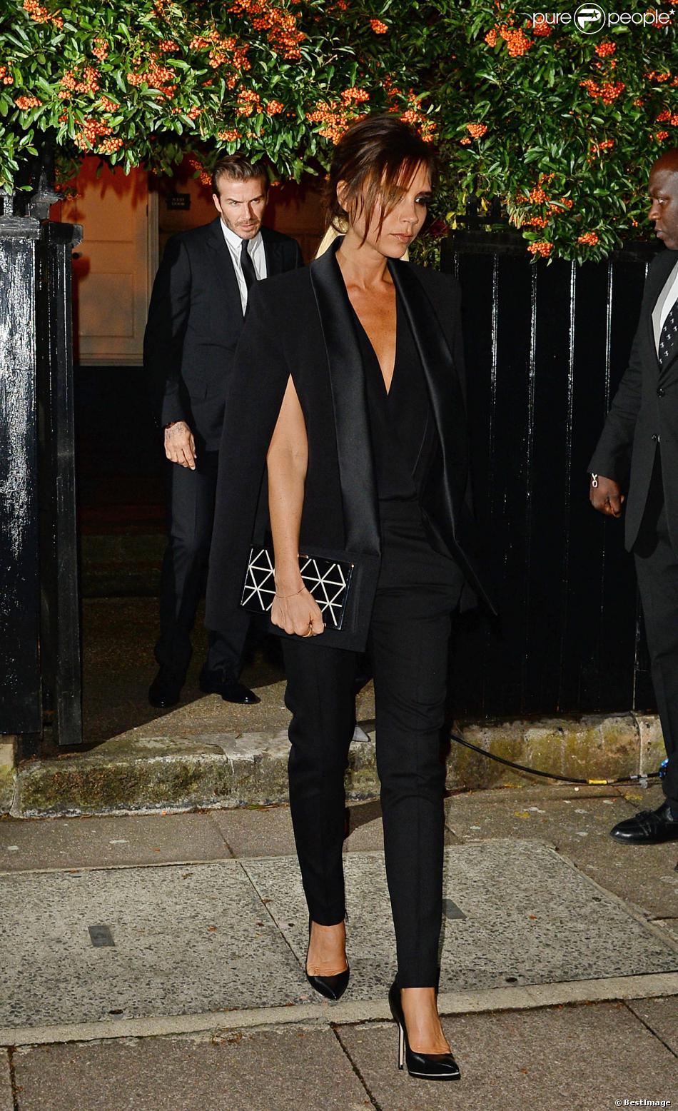 Victoria Beckham, entièrement habillée en Victoria Beckham avec un ensemble de la collection automne-hiver 2013, une pochette de la collection printemps-été 2014, quitte avec son mari David, l'Apsley House après la soirée du Global Fund and British Fashion Council. Aux pieds, la créatrice de mode porte des souliers Manolo Blahnik. Londres, le 16 septembre 2013.
