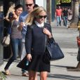 Reese Witherspoon, sublime en  preppy girl  avec un Petit Sac de Jour signé Saint Laurent à Los Angeles. Le 19 septembre 2013.
