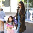 Katie Holmes étrangement lookée et sa fille et princesse Suri Cruise à la sortie d'un salon de manucure à New York le 22 septembre 2013.