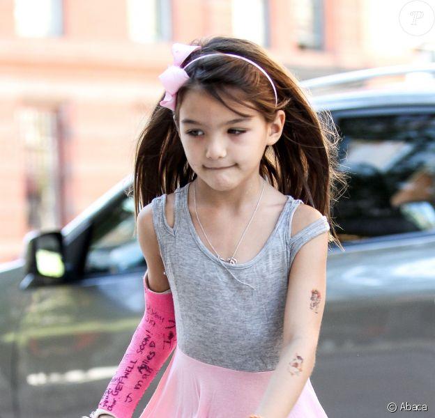 Suri Cruise montre ses tatouages avec sa mère Katie Holmes à la sortie d'un salon de manucure à New York le 22 septembre 2013.