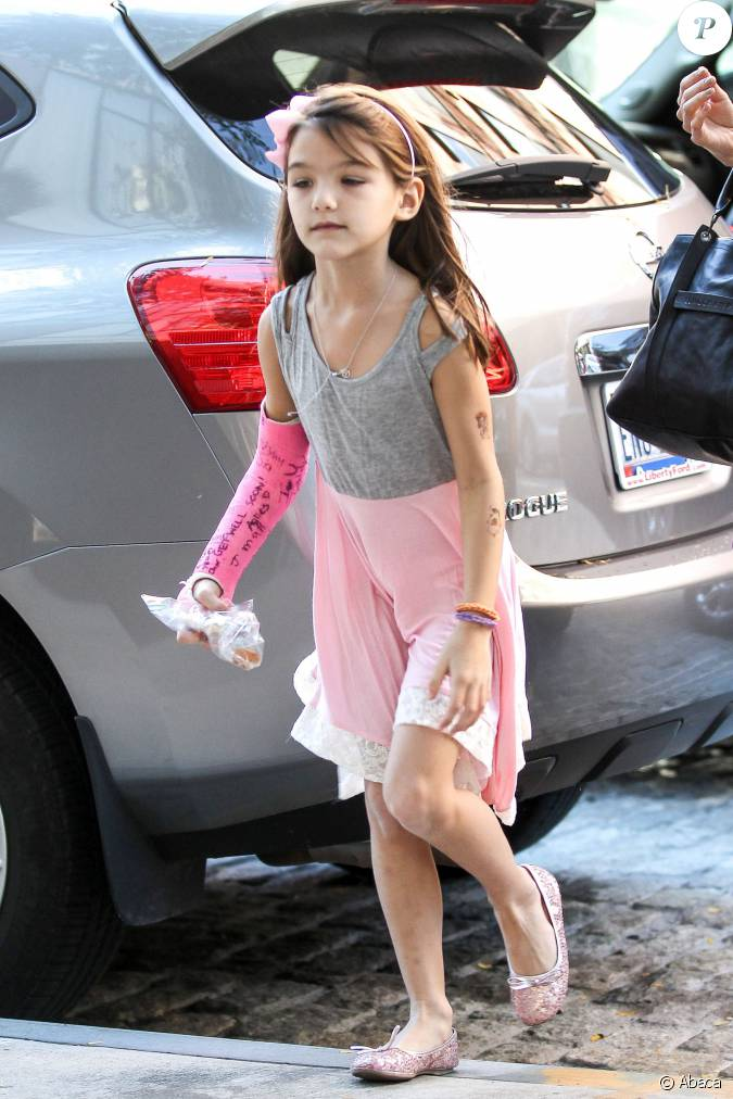 Katie holmes et sa fille suri cruise la sortie d 39 un for A salon named desire