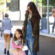 Katie Holmes et sa fille Suri Cruise lookée en princesse à la sortie d'un salon de manucure à New York le 22 septembre 2013.