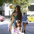 Katie Holmes et sa fille Suri Cruise à la sortie d'un salon de manucure à New York le 22 septembre 2013.