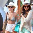 Julianne Hough et Nina Dobrev profitent de la vie en vacances a Miami, le 26 avril 2013.