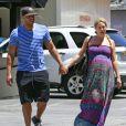 """Exclusif - Donald Faison et sa femme CaCee Cobb, enceinte, déjeunent au """"King's Road Café"""" à West Hollywood, le 20 mai 2013."""