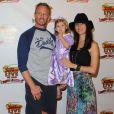 """Ian Ziering, sa femme Erin et leur fille Mia au spectacle """"Disney Junior Live On Tour Pirate & Princess Adventure"""", à Los Angeles, le 29 septembre 2013."""