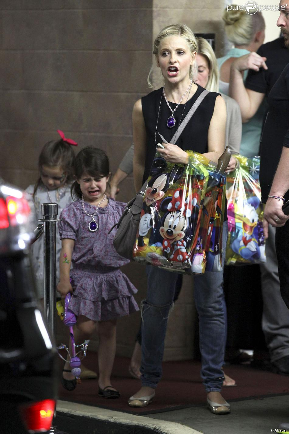 """Sarah Michelle Gellar et sa fille Charlotte, en larmes, au spectacle """"Disney Junior Live On Tour Pirate & Princess Adventure"""", à Los Angeles, le 29 septembre 2013."""