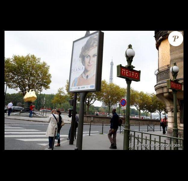 Une affiche du film Diana, près du pont de l'Alma où Lady Diana est morte, 16 ans plus tôt.