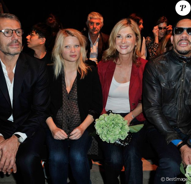 Lambert Wilson, Mélanie Thierry enceinte, Michèle Laroque et JoeyStarr au défilé Paul & Joe, collection prêt-à-porter printemps-été 2014, au Palais de Tokyo à Paris, le 1er octobre 2013.