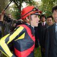 Christophe Soumillon avec Orfèvre et son propriétaire Shunsuke Yoshidalors duQatar Prix de l'Arc de Triomphe à Longchamp le 6 octobre 2013.