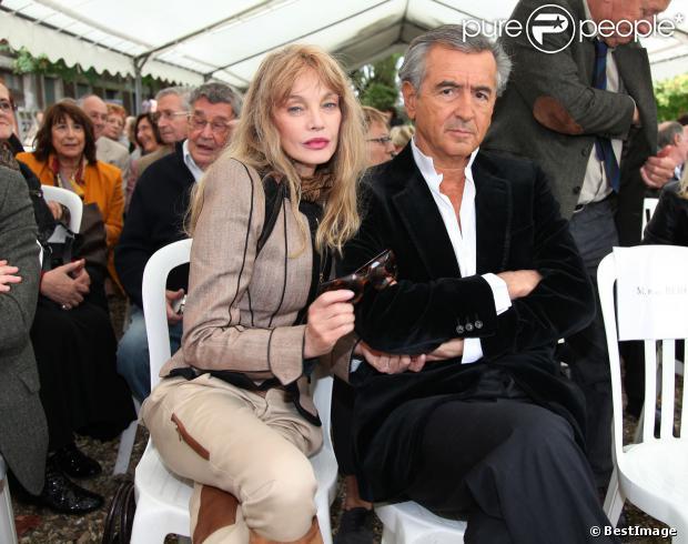 Exclusif - Arielle Dombasle et Bernard-Henry Lévy au pèlerinage littéraire à la maison d'Émile Zola à Médan, le 6 octobre 2013.