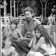 Serge Gainsbourg et Jane Birkin avec Kate Barry et Charlotte Gainsbourg, à Saint-Tropez en juillet 1977.