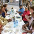 Valérie Trierweiler et Christiane Taubira lors d'une rencontre avec des militants et militantes de la cause homosexuelle ainsi qu'un couple de lesbiennes noires dans un township d'Afrique du Sud, à Kyalami, le 14 octobre 2013