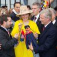 Les cadeaux n'ont pas manqué pour la joyeuse entrée du roi Philippe et de la reine Mathilde de Belgique à Liège le 11 octobre 2013. Le manteau jaune poussin de la reine a fait piailler !