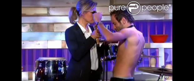 Anne-Sophie Lapix, sexy, dans une parodie de Blurred Lines de Robin Thicke pour l'émission C à vous du mardi 15 octobre 2013.