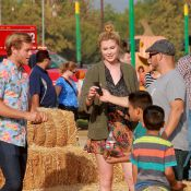 Ireland Baldwin avec son boyfriend et Kim Basinger à la chasse à la citrouille