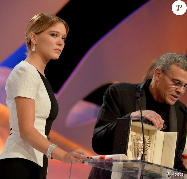 Léa Seydoux et le réalisateur Abdellatif Kechiche (et Adèle Exarchopoulos derrière lui) lorsque leur film La Vie d'Adèle reçoit La Palme d'or à Cannes le 26 mai 2013