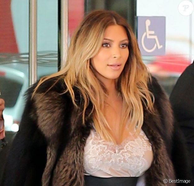 Kim Kardashian, recemment fiancée, sort d'un hôtel à San Francisco le 22 octobre 2013